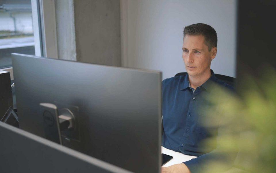 Coworker arbeitet am Computer